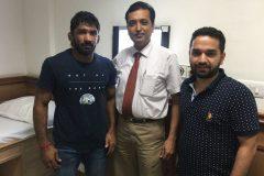 Yogeshwar Dutt treated for knee by Dr. Prateek